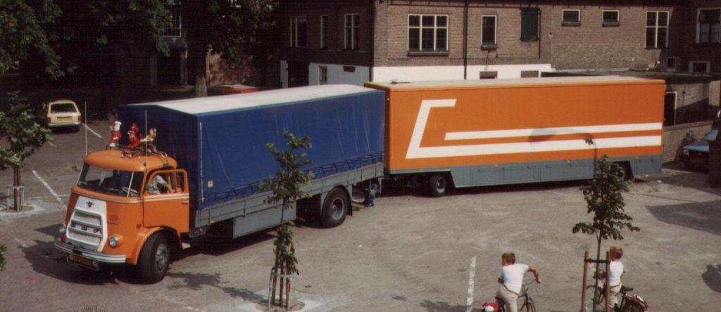 Foto G. Hulleman. DAF met pakwagen tijdens de kermis te Wijhe in 1983.