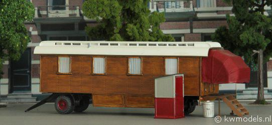 Houten woonwagen bij de carrousel van F.A. Gigengack.